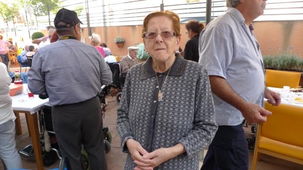 Encarnación Prieto ayudando a la ubicación de los comensales
