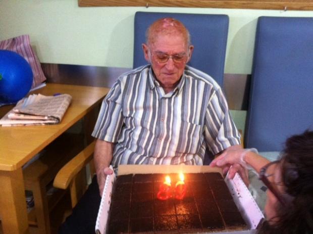 Manuel mirando las velas encendidas y preparándose: Uno, Dos y...