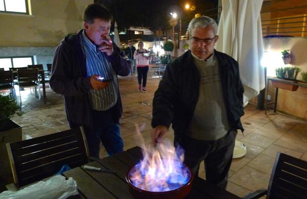 Juan, hijo de Angelita y Manuel, yerno de Mercedes  preparando la queimada