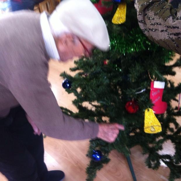 """Antonio Beltrán afanado en la tarea de adornar el árbol. Ha salido la foto movida porque """"el Beltrán"""" no paraba de moverse"""