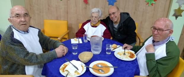 Pepe y Manuel compartiendo mesa con Carmen Aldana y su hijo Manuel