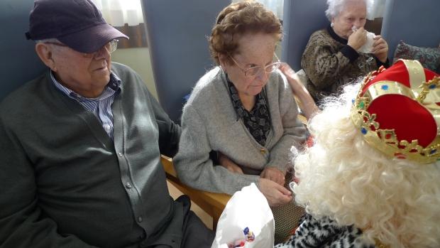 """Ignacio y Paquita recibiendo los bombones del Rey Mago. Paquita le dijo: """"Yo te quiero mucho"""""""