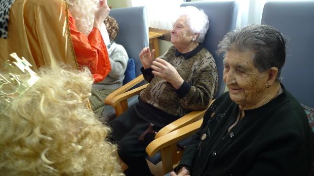 Cándida, que se incorporaba hoy a nuestro centro, quedó sorprendida por la visita inesperada.
