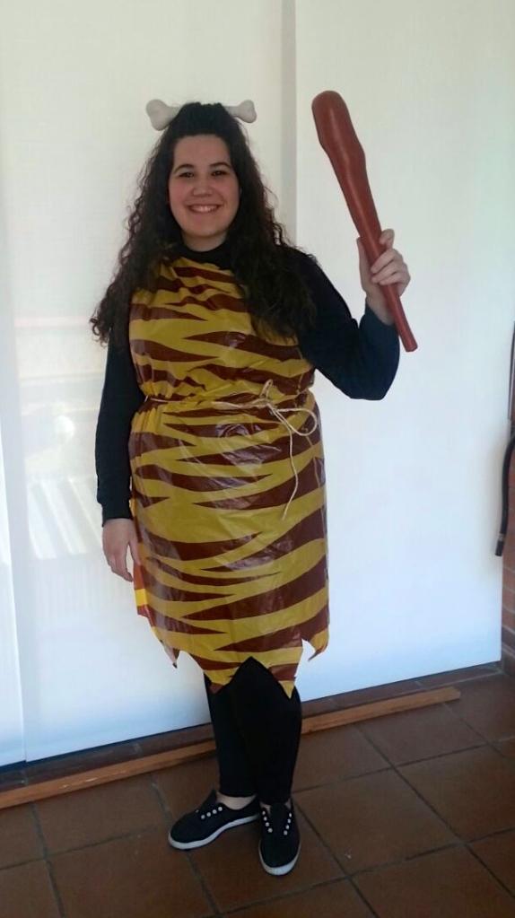 "Amara actuando como ""Mujer primitiva"""