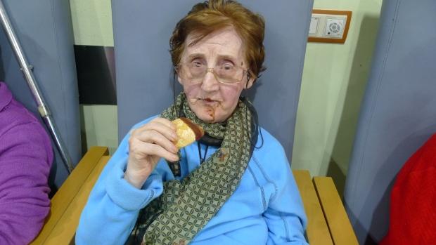 Martina no perdonó y disfrutó de su ración de chocolate y melindros