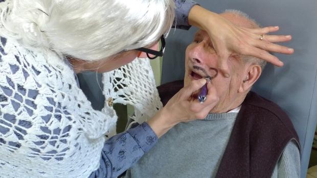 Vicente no se opuso a que le pintasen los bigotes