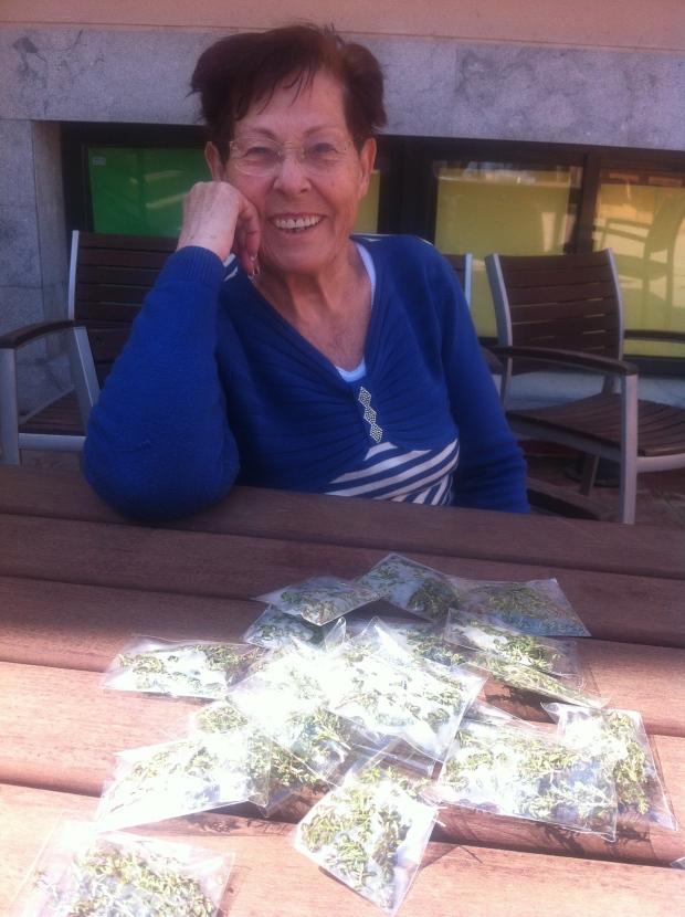 María sonriendo ante los más de 40 pobrecitos preparados