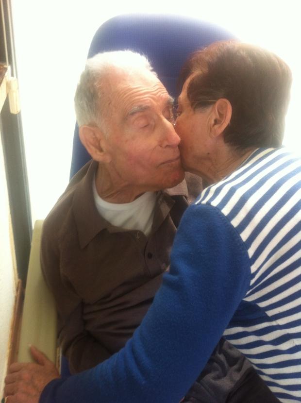 Félix recibe el regalo y el beso de María. Félix no pierde oportunidad!