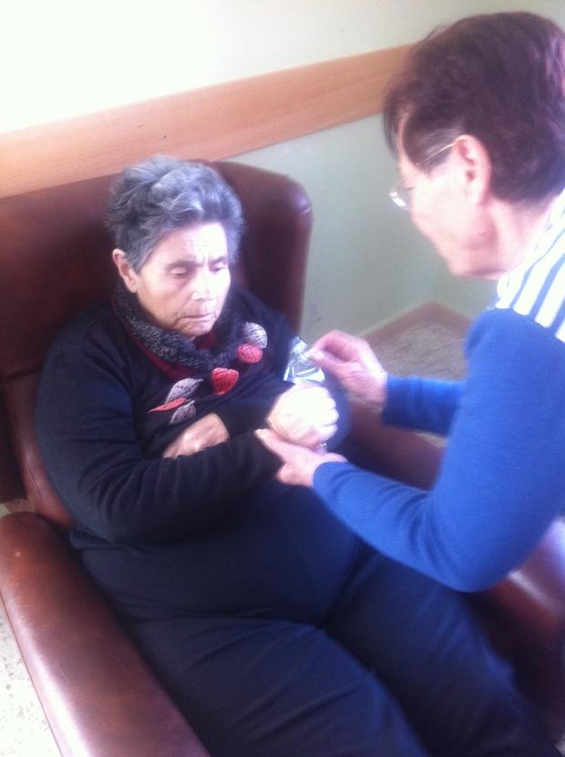 Aquí María entrega el pobrecito de tomillo a Basi