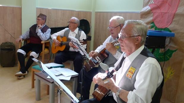 El grupo de músicos. Unos chavalillos admirables.